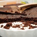 Prăjitura scoasă din cuptor, cu patru porţii lipsă.
