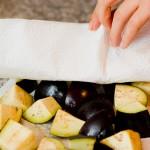 Tamponăm vinetele uşor cu un prosop de hârtie