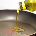 Punem într-o tigaie de teflon bine încinsă câteva linguri de ulei de măsline
