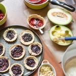 În cochiliile de tartă, se aşterne un strat de dulceţă de soc.