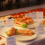 Sandwichuri, prăjituri- fotografie de Alexandra Brînzaniuc.
