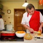 Marcel Iorga compunând supa de dovleac.