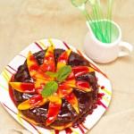 Iaca. Un brownie mai mare cu fructe şi sos. Să ne fie de bine :)