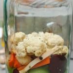 Se adaugă o linguriţă din amestecul de  condimente cam după fiecare 2 straturi de legume.