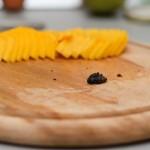 Jumătate de mango se taie felii foarte subţiri, se scot seminţele de la o păstaie de vanilie.
