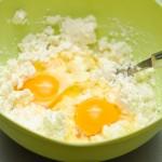 Se adaugă ouăle şi se amestecă bine.
