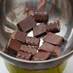 Se topeşte ciocolata pe baie de aburi.