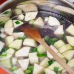 Se adaugă supa de peşte (sau legume, pui) peste legume...