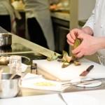 Chef Andrea canton pregăteşte un fel separat de mâncare pentru o doamnă care nu mănâncă peşte.