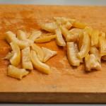 Coaja de la lămâia murată se taie felii şi se adaugă peste celelalte ingrediente în tajină.