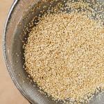 Quinoa se spală în sită, sub jet de apă rece.