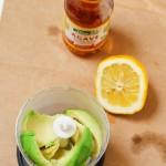 Avocado se pune în blender, se adaugă o lingură de sirop de agave şi puţin suc de lămâie şi se face pastă.