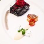 Cod negru în crustă de cerneală de sepie, piure de conopidă, un Saint Jaques pe plită