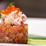 Tartar de ton cu crab şi icre de somon, piure de avocado, pe frunză de bambus