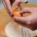 Se adaugă oul.